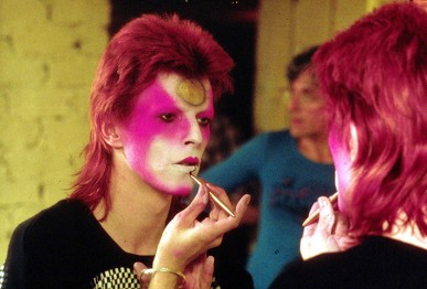 1973-Applying-Ziggy-Stardust-make-up